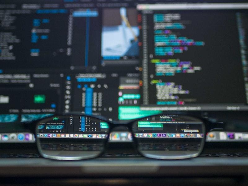 Corrective eyeglasses focusing on monitor screen